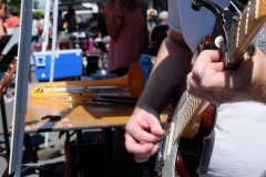 Un guitariste en pleine démonstration